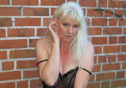 Hei�, nass und williges! blondes Luder will dich!