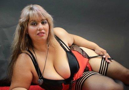 Privatstrips  Umsonst  - Sexy Katze mit großen Brüsten