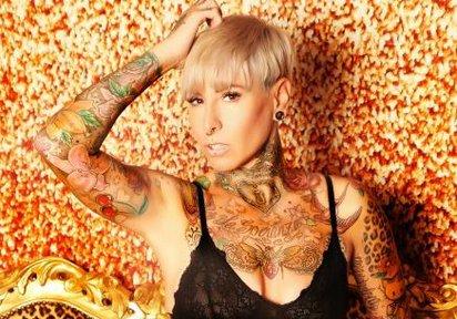 Verrücktes Tattoo-Girl wartet auf Dich